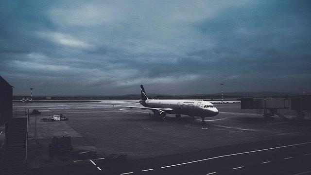 samolot na lotniksu